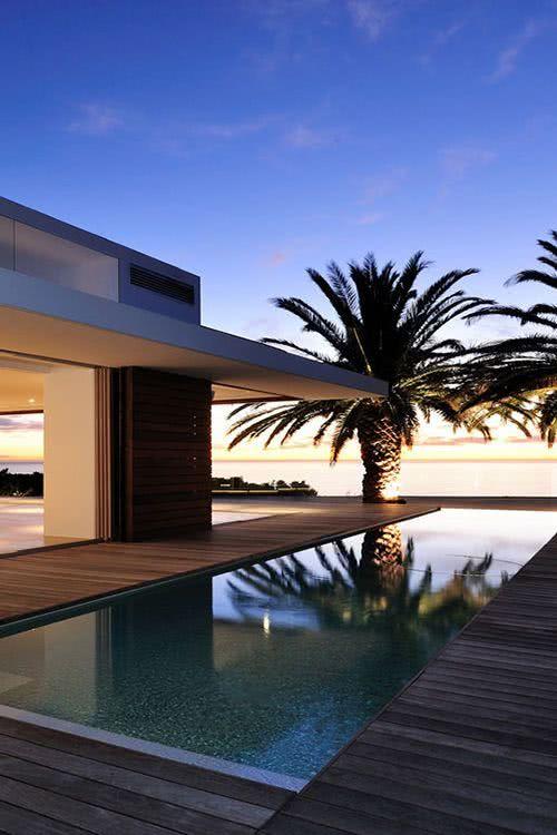 Longue piscine à débordement.