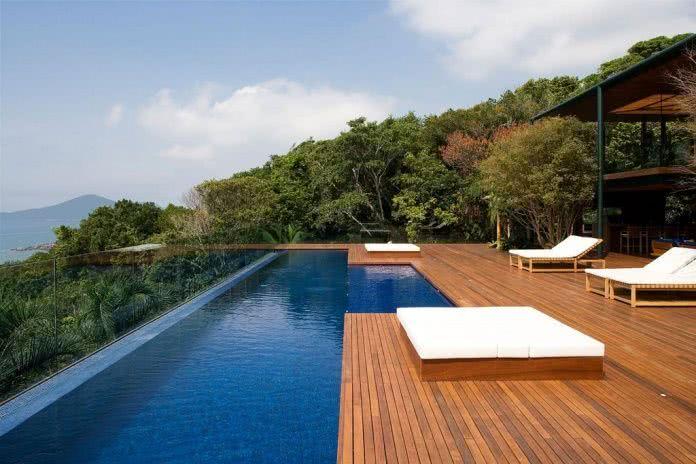 La terrasse en bois est la meilleure option de plancher pour la piscine.