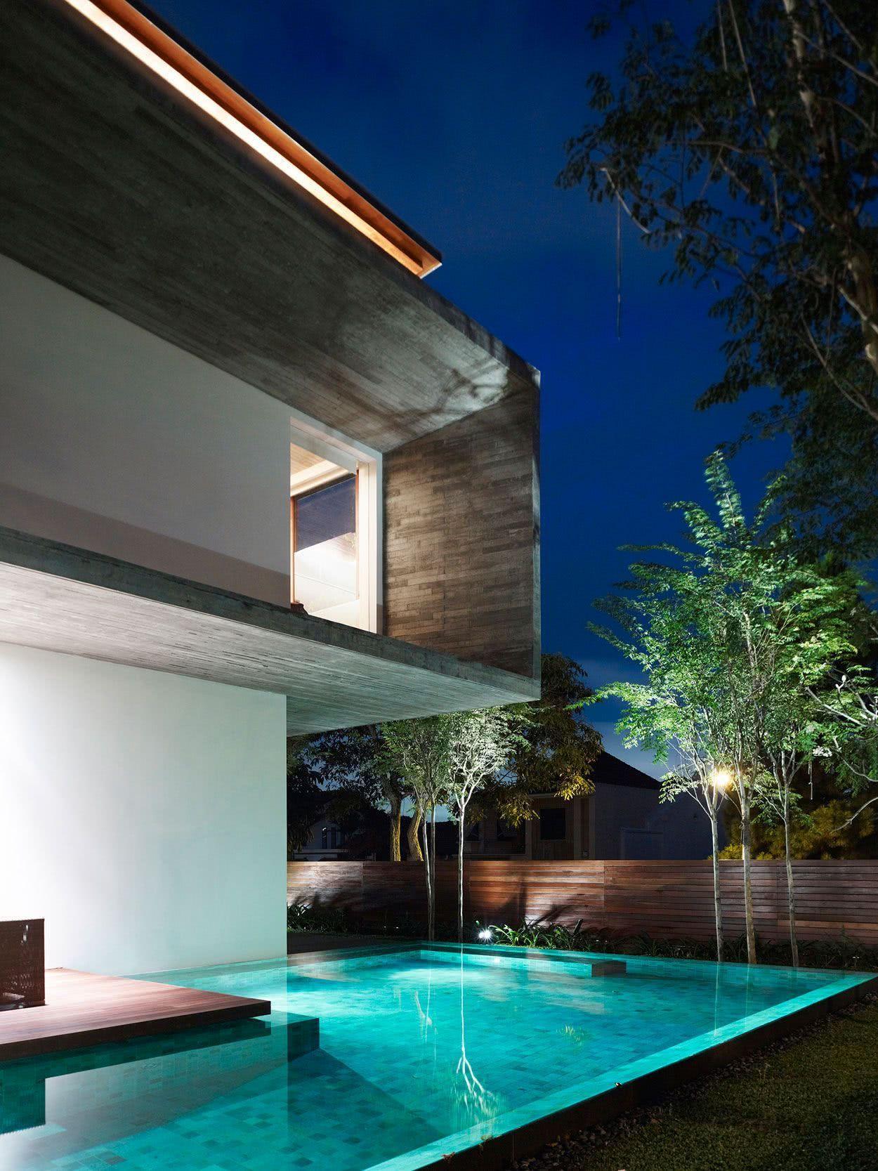 La piscine sur un terrain plat a une proposition d'architecture différente.
