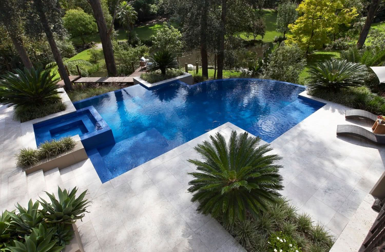 La conception de la piscine permet la meilleure utilisation du visuel du terrain.