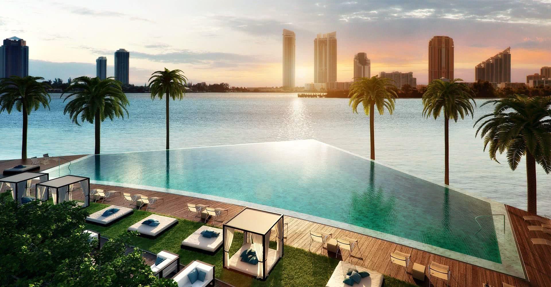 L'emplacement de la piscine permet une vue qui rencontre la mer!
