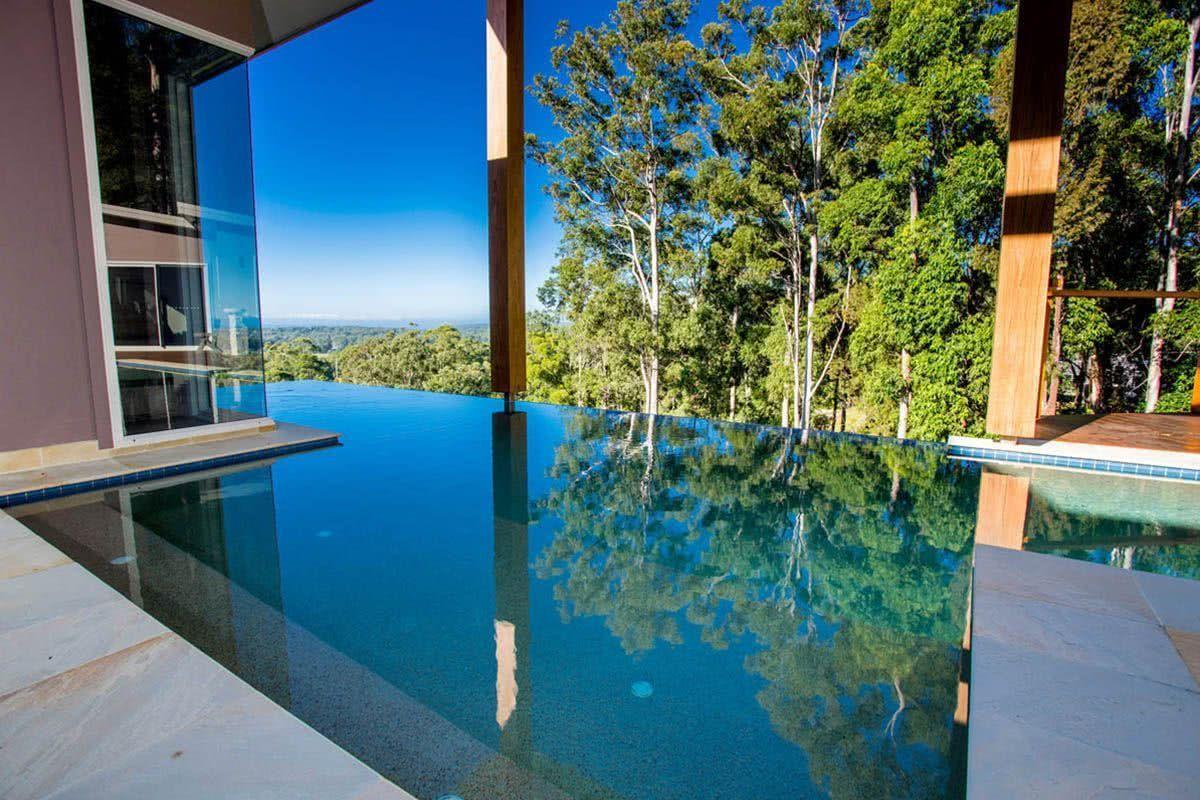La fermeture en verre de la maison permet une connexion à la piscine et au paysage
