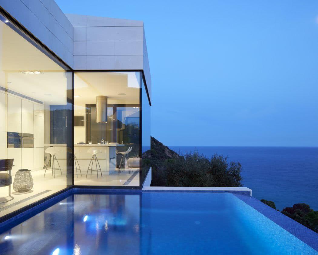 Gardez l'harmonie entre l'architecture et la piscine, en la laissant suivre les lignes droites de la maison