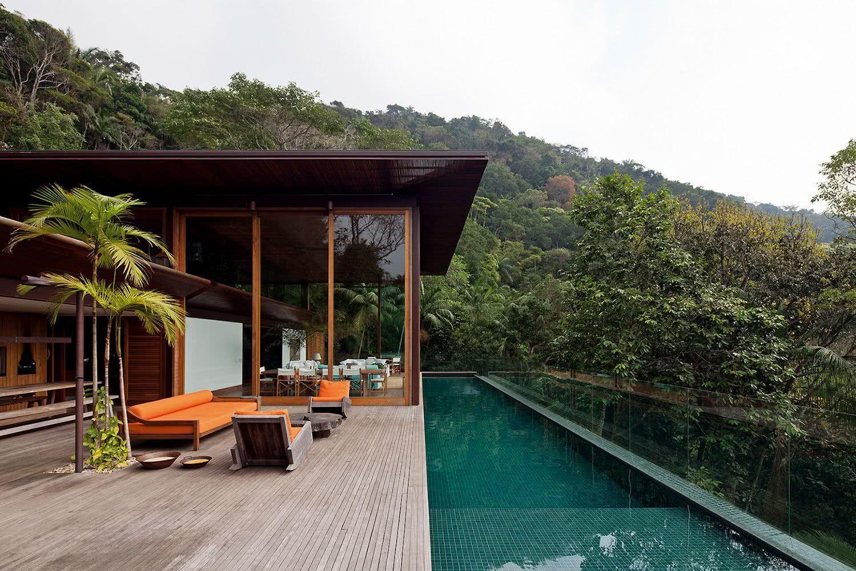 Parce qu'il s'agit d'un terrain plus élevé, la protection en verre apporte plus de sécurité à la piscine