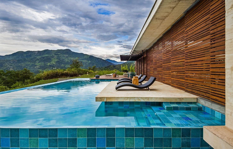 De petites zones pour bronzer brisent la forme «dure» de la piscine et rendent l'endroit plus relaxant