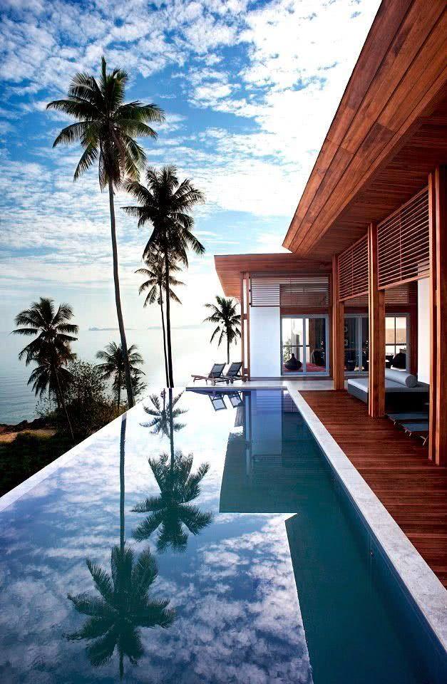 Avec des portes coulissantes en façade, la maison s'ouvre sur l'espace piscine afin de compléter son architecture