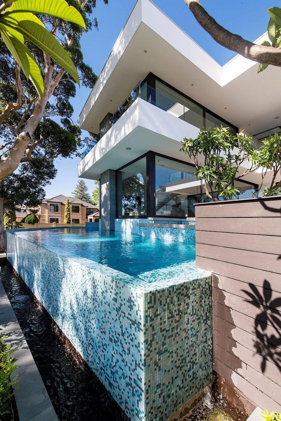 La gouttière est un élément très important dans la construction de la piscine à débordement