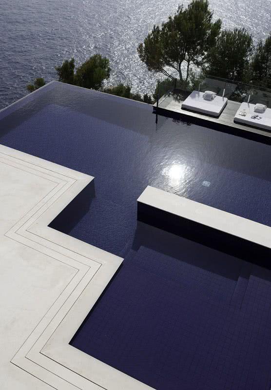 L'eau qui déborde de la piscine augmente la sensation d'espace et se connecte avec la nature