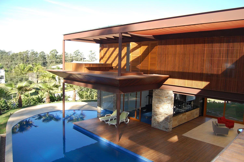 Piscine moderne à un balcon résidentiel
