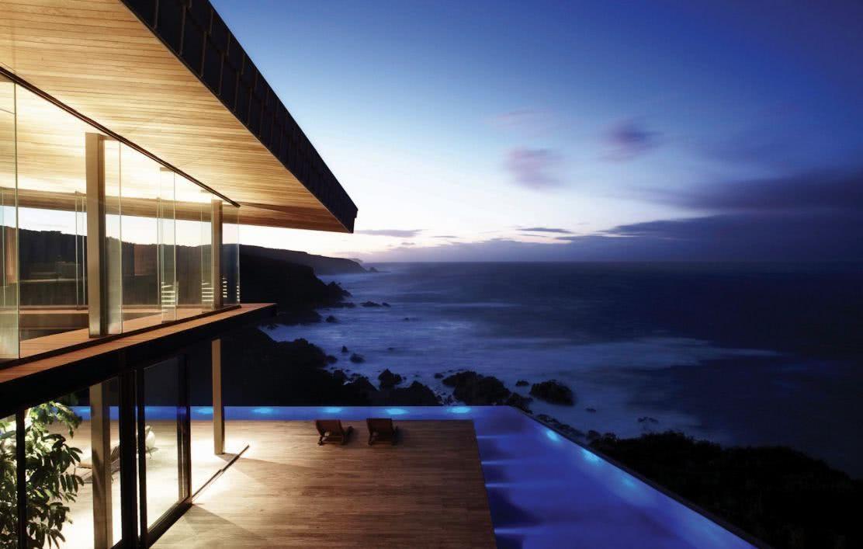 Les côtés transparents de la façade mettent davantage en valeur la vue sur la piscine
