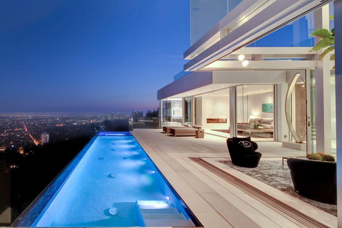 La piscine a un bord infini pour continuer le paysage