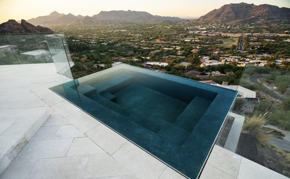 La piscine peut avoir des sièges internes pour une meilleure détente