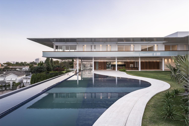 La piscine à débordement au format organique