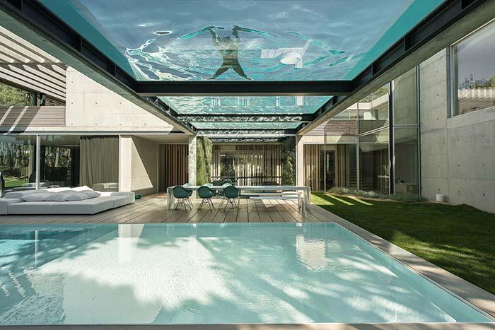 La maison incroyable avec une piscine sur le toit