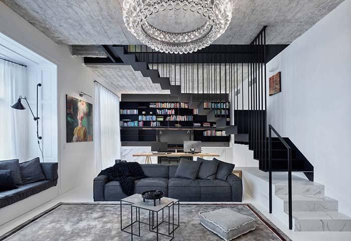 Lustre en cristal, escalier en marbre et plafond en béton apparent: tout cela pour créer un look moderne et sophistiqué pour la maison