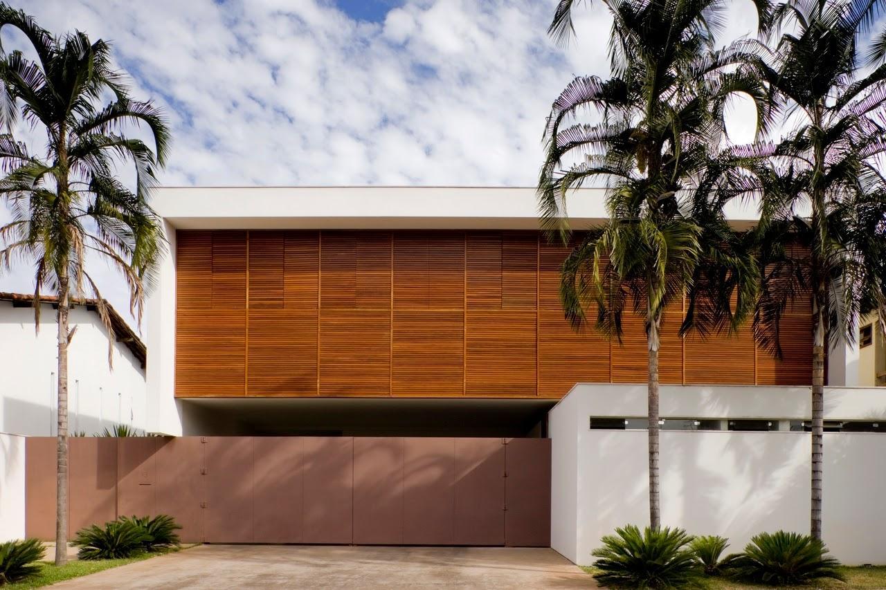 La porte en acier Corten agit comme un mur résidentiel