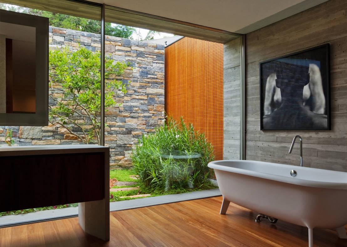 Mur intérieur en pierre et bois