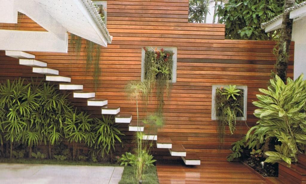 Mur intérieur recouvert de bois avec niches vertes
