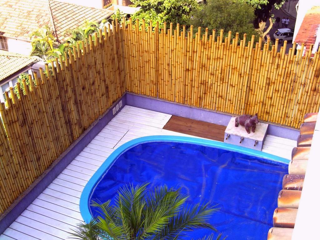 Mur de piscine avec bambou